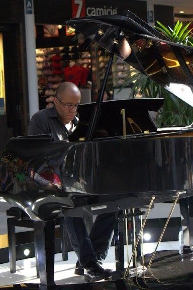 Arturo Mena a piano