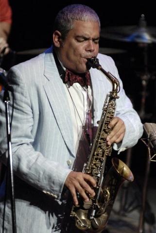 César López con traje