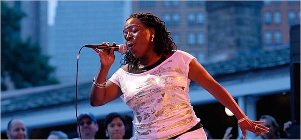 sharon-jones-on-stage-w-mic