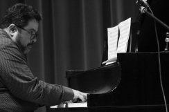 arturo-ofarrill-al-piano-in-black-and-white