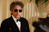 Musician Bob Dylan (C) arrives prior to receiving a Presidential Medal of Freedom in the East Room of the White House in Washington, May 29, 2012. REUTERS/Jason Reed (UNITED STATES - Tags: POLITICS ENTERTAINMENT PROFILE)
