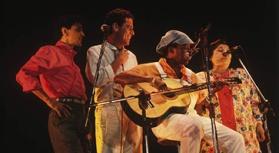 """Caetano Veloso, Chico Buarque de Hollanda, Milton Nascimento e Mercedes Sosa, no programa """"Chico e Caetano""""."""