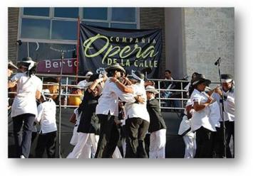 opera-de-la-calle-bailando-frente-al-teatro-bertold-brecth