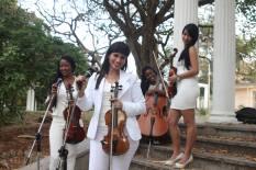 Frasis vestidas de blanco en el bello parque de la 5ta Ave