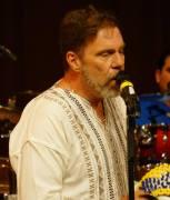 jackson-king-de-blanco-cantando
