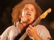 Kelvis Ochoa c su guitarra