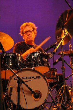 Luke adler en colores con su drums
