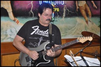 omar-pitaluga-c-su-guitarra-gris