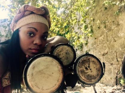Brenda Navarrete con sus 3 tambores bata