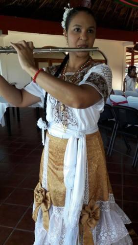 Floraimed Fernandez 3 c traje tipico de Campeche