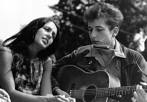 Joan Baez y Bob Dylan en 1963 by Roland Scherman