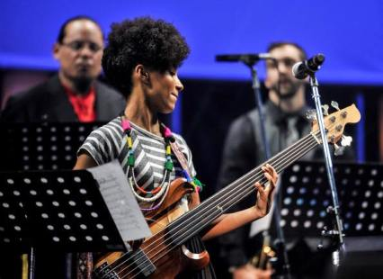 Esperanza Spalding w elect bass