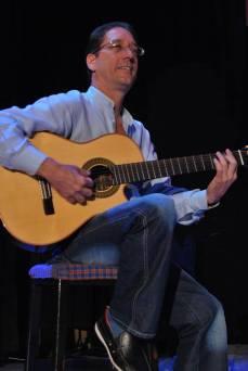 Rafael Guedes c su guitarra 1