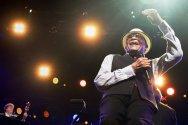 Al Jarreau singing live w glasses