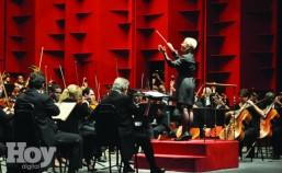 Zenaida Romeu conducting