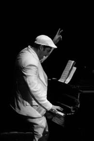 Alejandro Falcon al piano b y n 7