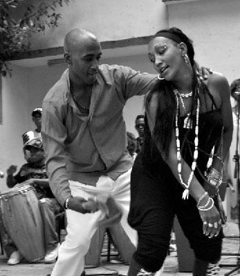 Los Munequitos-de Matanzas joven pareja de baile b y n