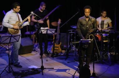 Por: Ismael Almeida El laureado guitarrista Ector Manuel Quintana y su grupo Proyecto H, realizan concierto en la sala teatro del Bellas Artes este jueves 26 de mayo, el instrumentista celebra el segundo premio de guitarra que le otorgaran en el 2015 en el importante Festival de Jazz, en la ciudad Montreux, Suiza. El famoso Festival fue creado en 1967, con carácter competitivo está considerado al más alto nivel, y se desarrolla en tres categorías, piano, guitarra y voz.