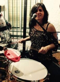 Madelin E tocando y sonriendo