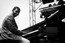 Rolando Luna sonriente c su piano