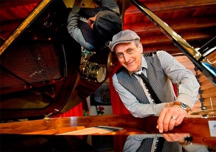 Joshua Edelman c su piano en colores