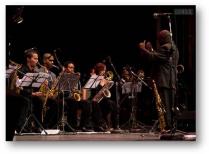 JOAQUIN BETANCOURT y LA JOVEN JAZZ BAND conducting